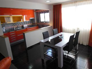 2 BEDROOM APARTMENT IN THE HEART OF ALBUFEIRA, ONLY A 5-MINUTE WALK FROM THE BEACH AND WITH FREE WI-FI REF. APORG138756 - Albufeira vacation rentals