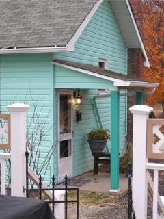 Charming Cottage EASY Access 4 work travel & fun - Youngwood vacation rentals