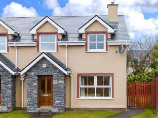 SHEEN VIEW, semi-detached, en-suite, open fire, off road parking, lawned garden, in Kenmare, Ref 912107 - Kenmare vacation rentals