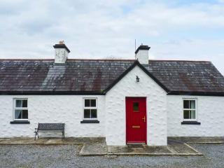 BANADA COTTAGE, open fire, WiFi, pet-friendly, en-suite, all ground floor cottage near Tubbercurry, Ref. 912669 - Ballina vacation rentals