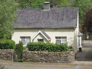 RIVER RUN COTTAGE, ground floor bedroom and bathroom, multi-fuel stove, lawned garden, Ref 904588 - Avoca vacation rentals