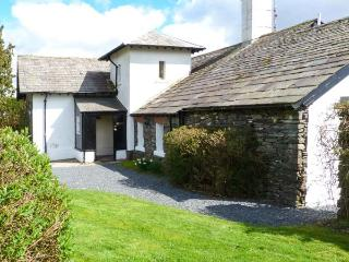 THE TICKET OFFICE, semi-detached, ground floor, off road parking, shared gardens, in Coniston, Ref 906562 - Coniston vacation rentals