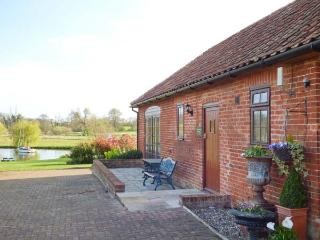 BARN OWL COTTAGE, all ground floor, parking, shared lawned garden, in Saxmundham, Ref 912561 - Blaxhall vacation rentals