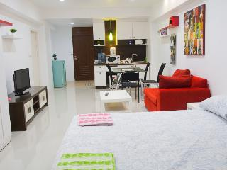 30th floor, 10 min to BTS, Seaview, 25 min to bkk - Bangkok vacation rentals