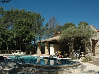 Gîte Provence 5 pers - Piscine - Tennis - Pétanque - Grans vacation rentals