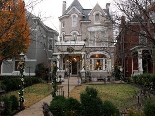 Upscale Victorian Spa Jacuzzi Grill Garden - Louisville vacation rentals