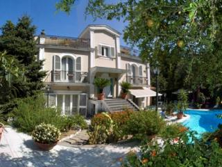 Secluded 6 bedroomed villa with private pool in the centre of Sorrento for up to 14 people - Sorrento vacation rentals