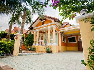 Budsaba villa by pete service - Pattaya vacation rentals
