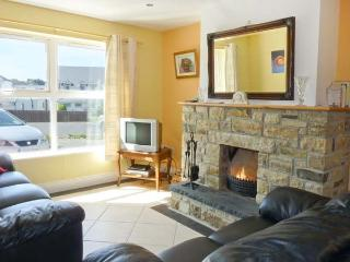 THE HOLIDAY HOUSE, detached, en-suite, open fire, off road parking, patio, in Narin, Ref 912063 - Narin vacation rentals