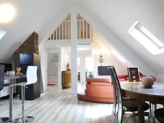4 Creativ Penthouse Apt. near VERSAILLES 6-8 Pers. - Saint Cyr l'Ecole vacation rentals