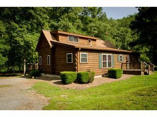 Secluded river front log cabin with 3 bedrooms and 3 baths, wifi, hot tub, TVs in every room and easy river access - Rivers Edge *Waterfront and Private* - Ellijay - rentals