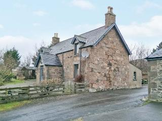 THE FARMHOUSE, pet-friendly, open fire, flexible sleeping, attractive views, detached cottage near Edzell, Ref. 904197 - Edzell vacation rentals