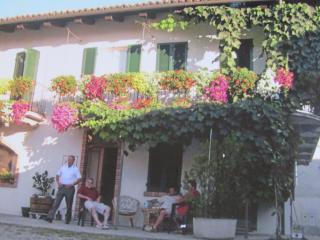 Al balcone fiorito - Monforte d'Alba vacation rentals