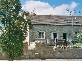BARNBROOK, family friendly, character holiday cottage, with a garden in Carperby Near Leyburn, Ref 567 - Carlton vacation rentals