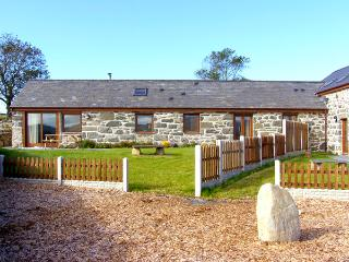 Y BEUDY, semi-detached barn, single-storey, WiFi, woodburner, beams, in Criccieth, Ref. 2353 - Criccieth vacation rentals