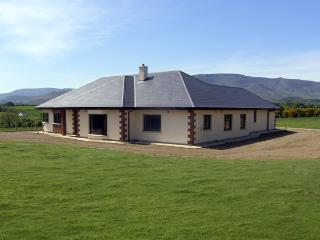 MOUNTAIN VIEW LODGE, pet friendly, with a garden in Kilmacthomas, County - Kilmacthomas vacation rentals