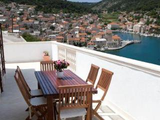 Three-bedroom Apartment with Fabulous Sea Views - Pucisce vacation rentals