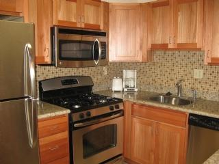 Kitchen with Granite Countertops - Kihei Akahi D104 W18473334-01 - Kihei - rentals