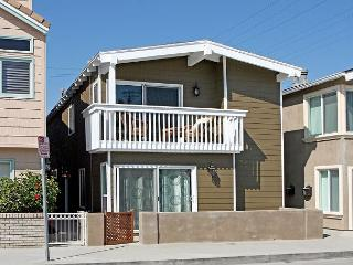 Beautiful Renovated Beach House! Just 9 Houses from Sand! (68278) - Newport Beach vacation rentals