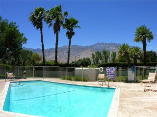 Bright 2 bedroom Palm Springs Condo with A/C - Palm Springs vacation rentals