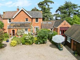 THE ORANGERY, pet friendly single-storey cottage, indoor swimming pool, games room, near Upton upon Severn, Ref 21104 - Upton upon Severn vacation rentals