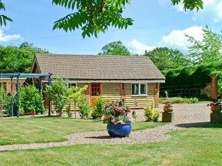 THE BYRE, pet friendly cottage, indoor swimming pool, games room, near Upton upon Severn, Ref 27131 - Upton upon Severn vacation rentals