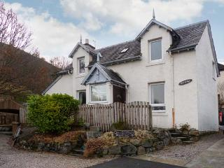OAK COTTAGE, open fire, loch and mountain views, with parking in Fort William, Ref 18919 - Fort William vacation rentals