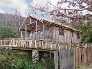 ACORN LODGE, bespoke log cabin, sauna, underfloor heating in Fort William, Ref 18920 - Fort William vacation rentals