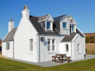 HILL COTTAGE, multi-fuel stove, lawned garden, good views in Dunvegan, Ref 21750 - Dunvegan vacation rentals