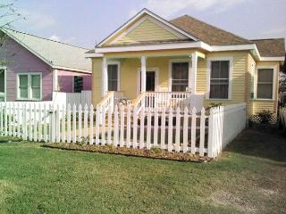 Walk to beach, Pleasure Pier, recreation center, restaurants, shopping - Galveston vacation rentals