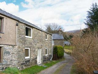 TY CYNON, character cottage with views, woodburner, terraced garden, in Blaenau Ffestinog, Ref 19998 - Llanuwchllyn vacation rentals