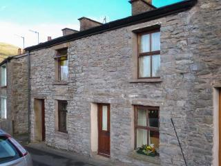 PRU'S COTTAGE, character, romantic retreat, village location, walks, many places of interest, in Sedbergh, Ref 22427 - Kendal vacation rentals