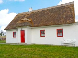 JAUNTY COTTAGE, quality thatched cottage, multi-fuel stove, garden in Cong, Ref 22412 - County Down vacation rentals