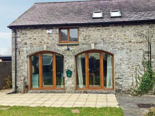5 BUARTH Y BRAGWR, picture windows, pet-friendly, en-suite bedroom with Jacuzzi bath, in Llanarthney near Carmarthen, Ref 22792 - Carmarthen vacation rentals