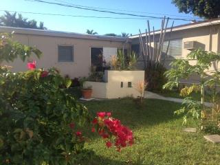 SIMPLY NICE HOLLYWOOD ,FLA, REAR/LARGE EFFIECIENCY - Hollywood vacation rentals