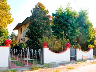 Villa dei Limoni, perfect location close to the se - Lido Di Camaiore vacation rentals