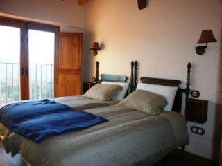 Wonderful Cottage with Deck and Internet Access - Ortigosa de Tormes vacation rentals