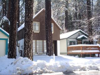 Cozy 2 bedroom Crestline Cabin with Deck - Crestline vacation rentals