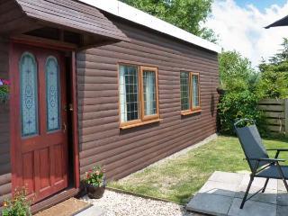 WISTERIA CHALET, detached single-storey cottage, lawned area, parking, near beach and Highbridge, Ref 20499 - Highbridge vacation rentals