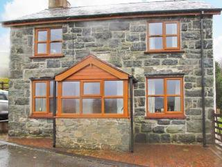 GLAN TWRCH, woodburning stove, off road parking, garden, in Llanuwchllyn, Ref 23716 - Llanuwchllyn vacation rentals