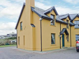 1 GOLFSIDE, pet-friendly family cottage, close to beaches and golf course, near Ballybunion, Ref 23741 - Ballybunion vacation rentals