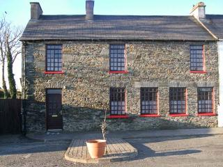 BIDSIE BRICKE'S family-friendly, multi-fuel stove next to harbour in Carrigaholt Ref 24062 - Carrigaholt vacation rentals