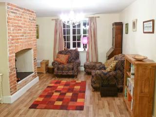 CHURCH COTTAGE, family-friendly, woodburning stove, peaceful location in Northrepps, Ref 24225 - Northrepps vacation rentals