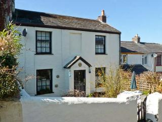 8 MERIDIAN PLACE, off road parking, coastal, pet-friendly in Ilfracombe, Ref 24340 - Devon vacation rentals