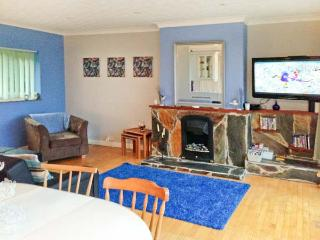 17 GLYN Y MARIAN, upside-down accommodation, balcony, beach views, in Llanbedrog, Ref 10608 - Llanbedrog vacation rentals