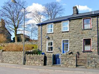 MANOD VIEW, king-size bed, terraced garden, great base for Snowdonia in Blaenau Ffestiniog, Ref 18516 - Blaenau Ffestiniog vacation rentals