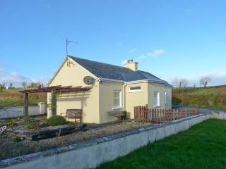 OILEAN FHONN, detached cottage with multi-fuel stove, patio, Kildysart, Kilrush Ref 19641 - County Clare vacation rentals