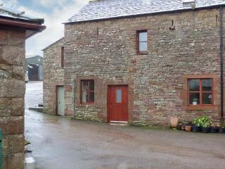 BARN END, barn conversion, with woodburning stove and roll-top bath, close to Lake Ullswater, near Pooley Bridge, Ref 20516 - Kirkby Thore vacation rentals