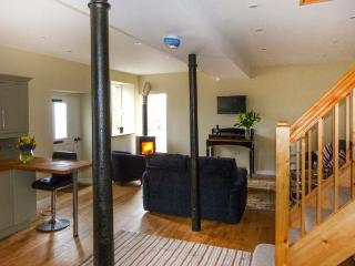 BARN END, barn conversion, with woodburning stove and roll-top bath, close to Lake Ullswater, near Pooley Bridge, Ref 20516 - Pooley Bridge vacation rentals