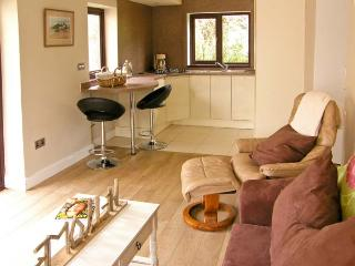 THE GARDEN FLAT, single-storey pet-friendly cottage close to beach in Saundersfoot Ref 22154 - Pembrokeshire vacation rentals